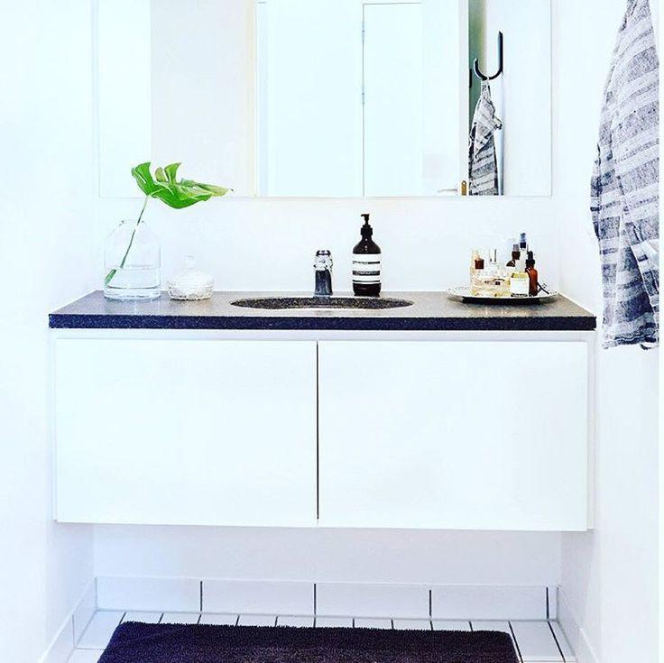 ★★Inspiration fra Karina Holsgaards hjem★★ Den sorte marmorplade, bademåtte og knage skaber en virkelig fin og stilfuld kontrast på det hvide badeværelse. Se hele boligen i Alt for damerne  #ALTinteriør #badeværelse @kholsgaard //Kreditering : Ditte Capion