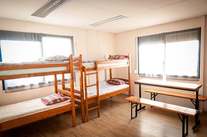 7 camere, living spaţios la intrare, mini-bucătărie, uscător şi 4 băi.  Compartimentare: 2 camere cu baie fiecare; o altă cameră cu baie proprie şi dressing; 4 camere cu 2 băi vis-a-vis pe culoar. Cabana este dotată cu încălzire centrală, camerele au mobilier din lemn şi pal melaminat şi este renovată în anul 2013. Oferă un număr total de 40 locuri de cazare.