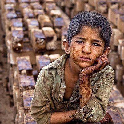 Niño trabajador. Debería estar en el colegio y no ser explotado.