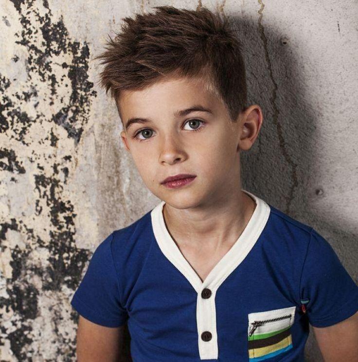 Cooler Haarschnitt für kleine Jungen - seitlich gekämmte Haare