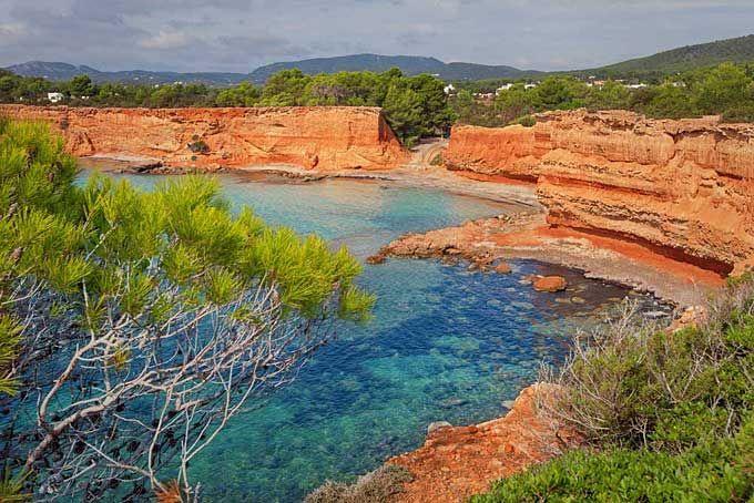 Sa Caleta Met z'n ongewone uiterlijk is Sa Caleta ietwat anders dan de meeste toeristische stranden op Ibiza. U komt er via een houten pad langs rode zandstenen kliffen die het beschermen van de wind. Het doet denken aan tropisch Hawaii.