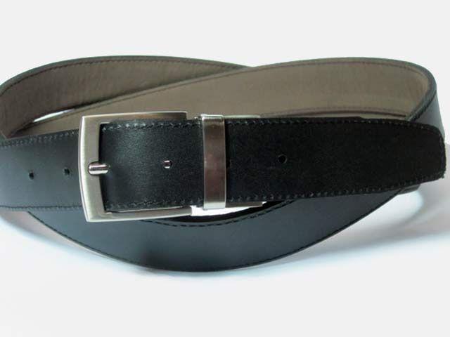 #Cinturón de Vestir #Reversible Negro - Marrón. Hecho a mano en #Piel de primera calidad. Producto hecho en España. Sus 3cm de ancho lo hacen perfecto para llevar con traje o pantalón de pinza. Versatil y duradero. cómpralo en www.manosesmas.com