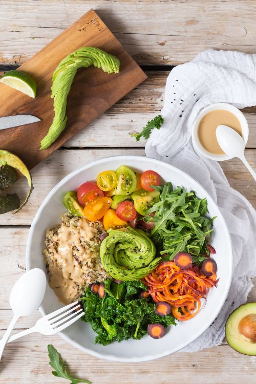 Buddha Bowl mit Avocado-Rose