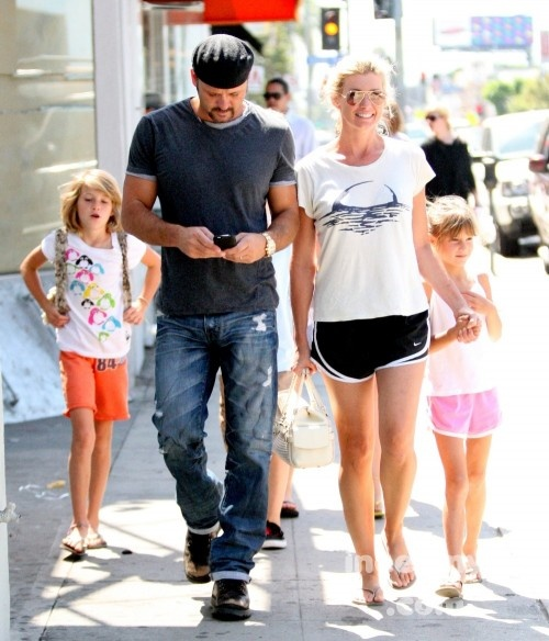 Tim McGraw and his beautiful wife Faith Hill and their kids go puppy shopping.  (July 2009)