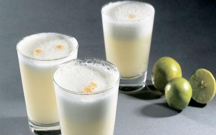 El pisco sour es el cóctel tradicional del Perú y se prepara fácilmente con pisco, limones y huevo. Te enseñamos a prepararlo para que lo disfrutes como aperitivo, como bebida de salón o cada vez que quieras.