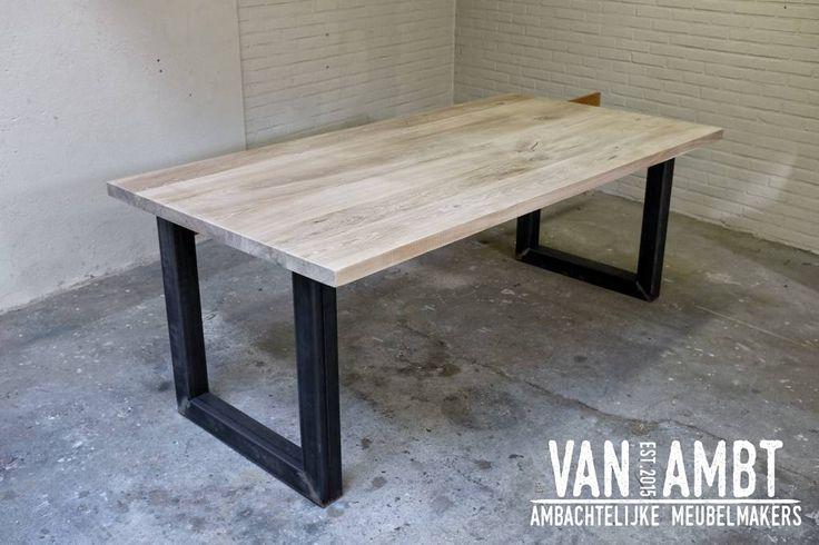 Wij zijn een ambachtelijke meubelfabriek, gespecialiseerd in eikenhouten tafels en stalen tafelpoten