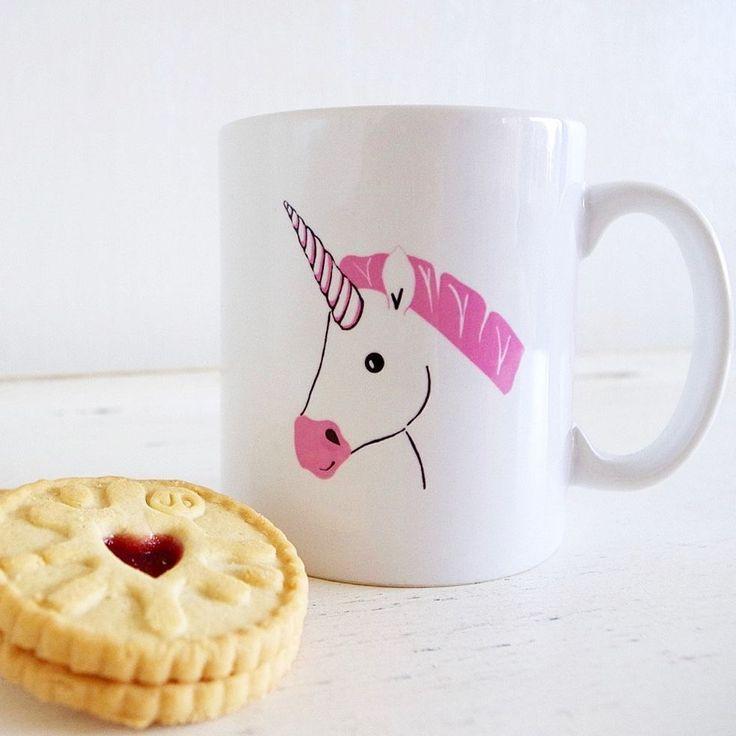 Le meilleur rituel du matin? Une tasse de notre boisson chaude préférée. Encore mieux : notre boisson chaude favorite servie dans une jolie tasse qui nous plaît! Découvrez sur notre site-soeur @fraichementpresse 15 tasses inspirantes pour bien commencer la journée #lookdujour #ldj #mug #unicorn #pink #girly #morning #coffee #heart #cookie #goodmorning #haveagoodday #regram @fraichementpresse