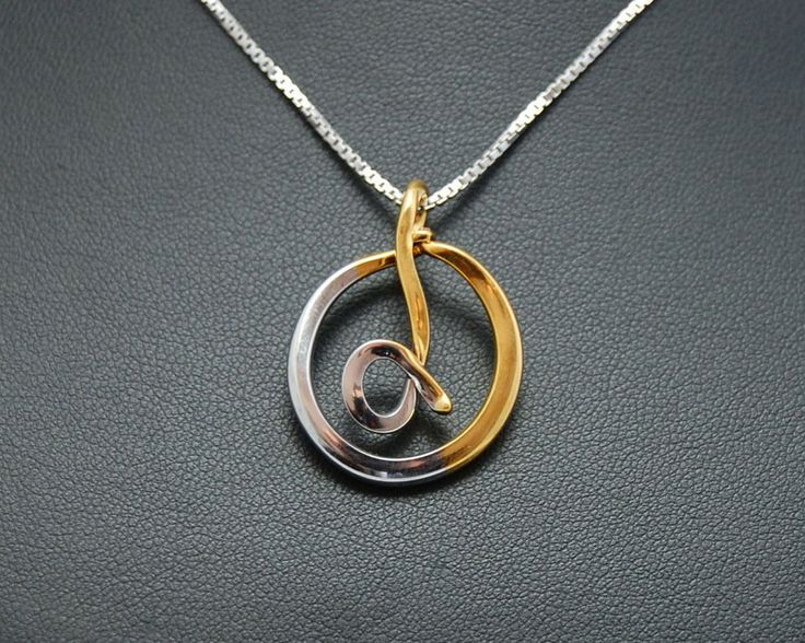 Necklace with a pendant that draws a omega circumscribed in a circle.