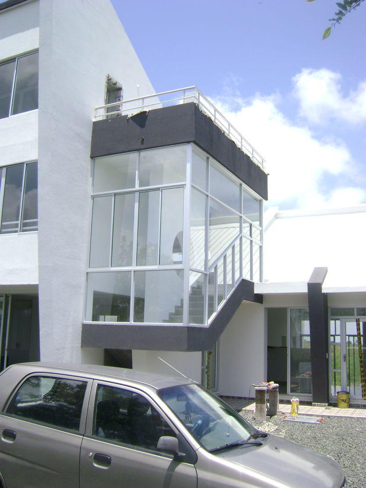 casa Daniel, parte  de fachada , acceso y escaleras segundo piso