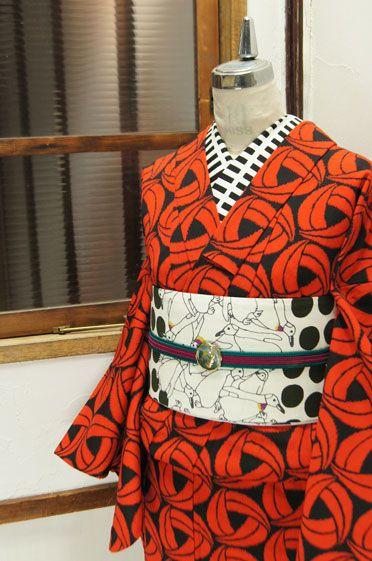 ロートレックオレンジと黒のモダンデザイン素敵なアンサンブル - アンティーク着物/リサイクル着物のオンラインショップ ■□姉妹屋□■  オレンジと黒で織り出されたモダンパターンがスタイリッシュなウールのアンサンブル(羽織と着物のセット)です。
