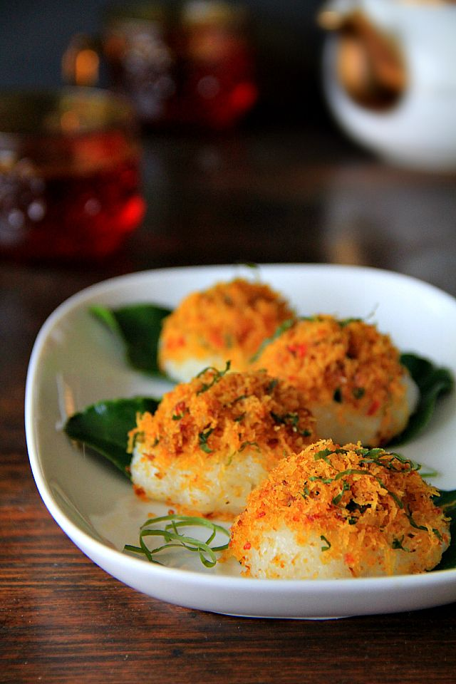 pulut serundeng (glutinous rice with spiced grated coconut)