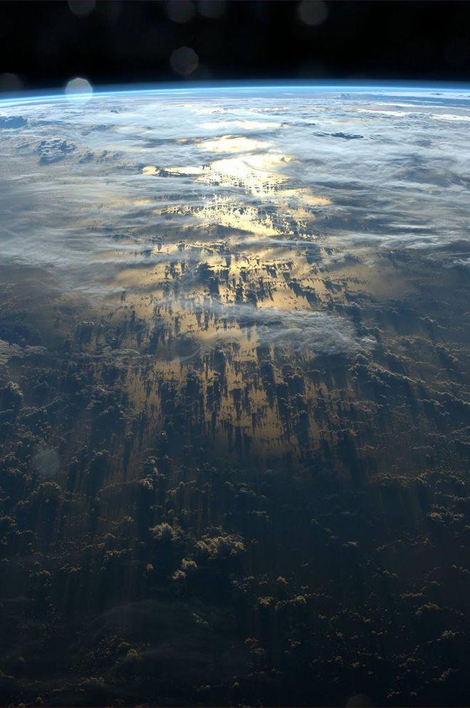 Alexander Gerst é um dos seis astronautas que está a bordo da Estação Espacial Internacional. Ele registrou está incrível série de imagens que retratam as grandes sombras projetadas por formações de nuvens densas, que só podem ser vistas do espaço.