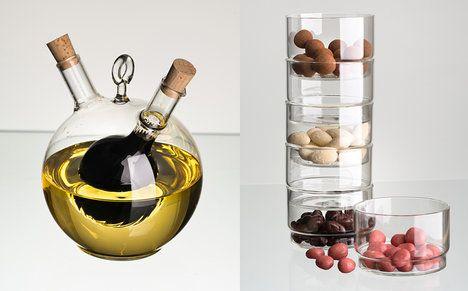 """V malé kuchyni se hodí vše, co je stohovatelné anebo ve stylu """"dva v jednom"""". (Zleva): Kombinované nádoby na ocet a olej Queen najdou uplatnění při stolování. Láhev s octem a olejem je praktickým a také ozdobným doplňkem při servírování pokrmů, cena je 339 Kč, cena stohovatelných mističek je k doptání u prodejce; Dt glass"""