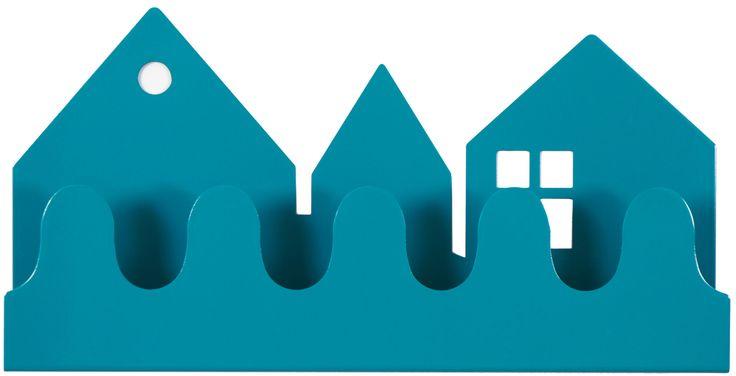 Roommate Klädhängare Village är en snygg hängare med motiv av olika små hus. Använd den för att hänga upp dina kläder men även som hylla att ställa saker i. Klädhängaren är en fin inredningsdetalj på väggen i hallen/barnrummet. Tillverkad i lackad stål. Roommate Klädhängare finns i fler härliga färger!<br><br>Mått: 32 x 16 cm.<br><br>Material: Lackad stål.<br><br>Färg: Blå.