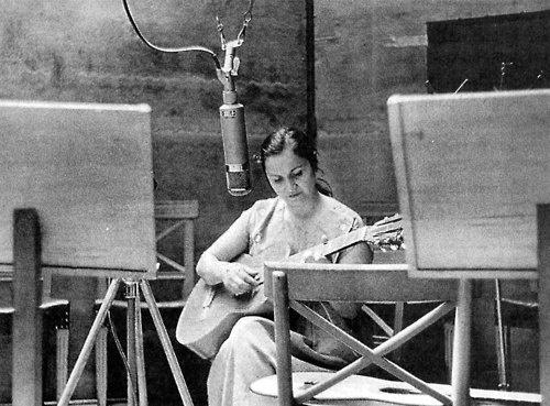 Violeta Parra  San Fabián de Alico, 4 de octubre de 1917 ~ Santiago, 5 de febrero de 1967  (en un estudio de grabación, 1957)