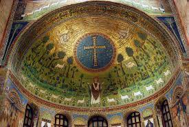 Basilica di Sant'Apollinare in Classe; metà del VI secolo; Ravenna. Veduta della parte absidale.   Nella sua sommità, compaiono un clipeo con il busto di Cristo e i 4 simboli degli evangelisti. Le 12 pecorelle rappresentano invece gli apostoli.