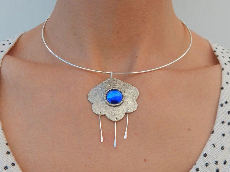 """Collier ras du cou """"Nuage"""" argenté cabochon serti bleu électrique : Collier par bijou-lie"""