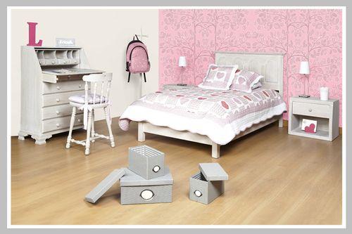 AMBIENTE NIÑA FRIENDS Una habitación con colores pasteles llena el ambiente de armonía y tranquilidad. El gris es el color perfecto para neutralizar decoraciones cargadas de motivos y diseños, como este espectacular papel de colgadura rosado con arboles y búhos. La cama, la mesa de noche, el escritorio secretere y la silla son una herencia de nuestro portafolio. Las decoraciones en rosado como las letras y las lámparas dan ese toque femenino que todas las mamás queremos para nuestras hijas…