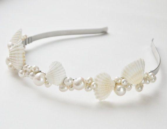 tiara de perlas y concha  concha de mar blanco por PearlsByTabs