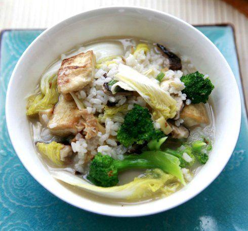 Gekookte rijst met bouillon of thee. Dit is een gerecht dat gemaakt wordt met het eten dat is overgebleven van de vorige dag. link naar Nederlandstalige website link to Dutch website