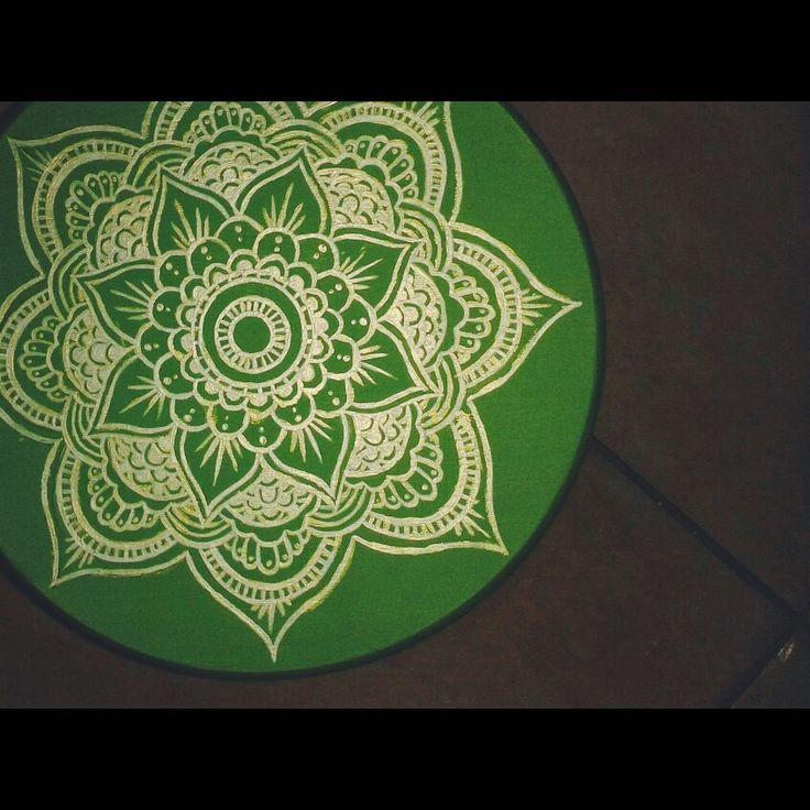 Mandala su sgabello in legno