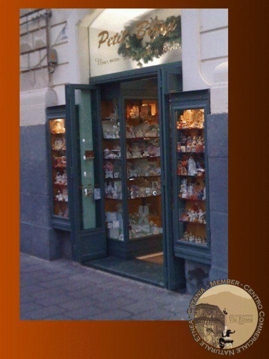 PETIT BIJOUX. Storico negozio di bomboniere della famiglia Leonardi, socio fondatore del CCN Etnea. A questa boutique sono legati i ricordi di tanti catanesi che, accolti da una signorilità d'altri tempi, si sono affidati ad un consulenza professionale ed elegante. #Catania via Etnea