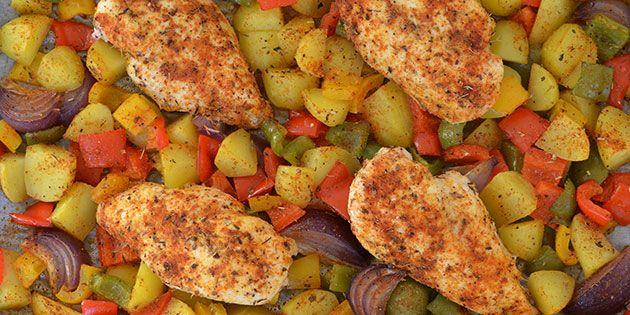 Ufattelig nem og lækker ret, hvor kyllingefileter tilberedes med grøntsager og kartofler i den samme bradepande i ovnen.