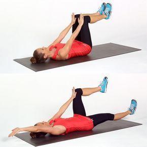 Femme sur le dos qui musclent ses jambes