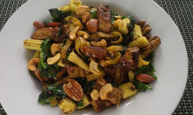 Gebakken tofu, mini maïs, tagliatelle, spinazie, notenmix, olijfolie, zwarte peper, zeezout