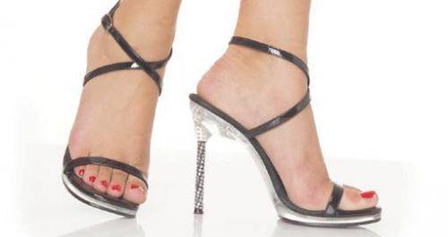 Çoğu kadın topuklu ayakkabılarda kendilerini daha iyi ve daha çekici hisseder. Kadınlara bu ayakkabıların farklı bir cazibe kattığı tabii ki inkar edilemez. Aynı zamanda özellikle kısa boylu bayanların uzun algılanmasına yol açarken, üzerinizdeki elbiseyi de daha iyi taşımamıza yardımcı olur. Bu sezon platform topuklar oldukça moda. Siz de mutlaka gardırobunuzda bu tarz ayakkabılara yer ayırın.…