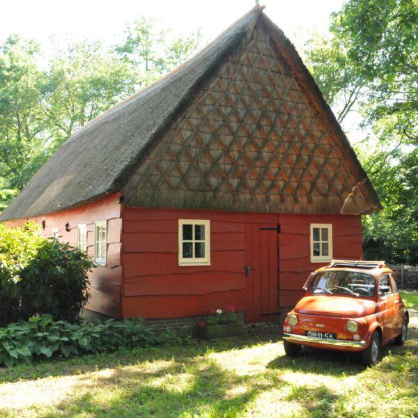 Erfgoedlogies Erve Ensink ligt op een van de mooiste plekjes van Drenthe. Wanneer je door het Drentse land naar Erve Ensink rijdt, word je tijdens de laatste meters bijzonder verrast. De provinciale weg gaat over in een authentieke klinkerweg omzoomd door eeuwenoude bomen.