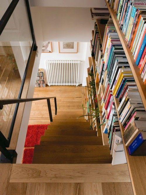bibliothek im treppenhaus - die treppen heruntergehen