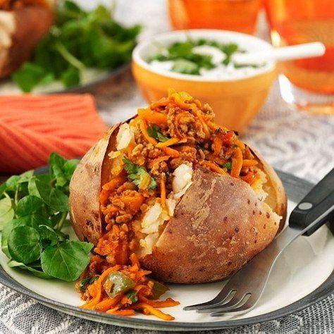 Tips til helgekosen: bakt potet med kålsalat og hvite bønner😋Oppskrift finner du på Facebooksiden vår! (link i bio)🍴#vegetarmat #helgekos #HälsansKök #kjøttfritt