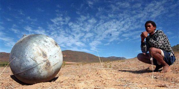 Большой металлический шар, упавший на землю  недалеко от Кейптауна (Южная Африка) в апреле 2000 года.