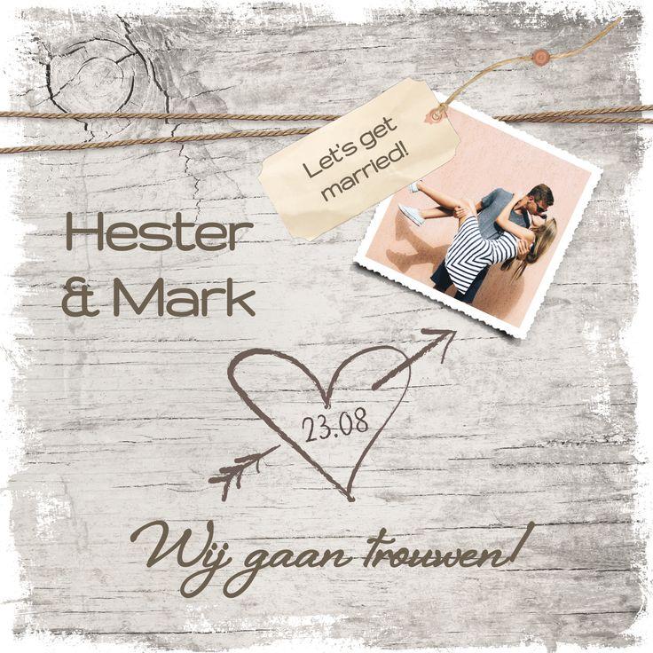 Trendy trouwkaart met namen in hout, hartje en mooie foto.