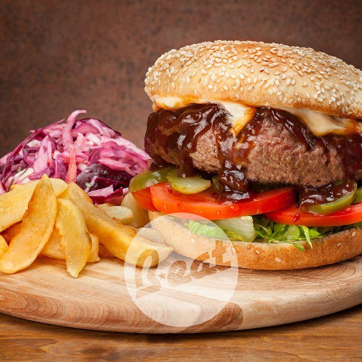 BBQ: Hamburger cotto alla piastra in salsa BBQ, bacon, anelli di cipolla, cetrioli, jalapenos, pomodoro, insalata, salsa alle erbe e zenzero