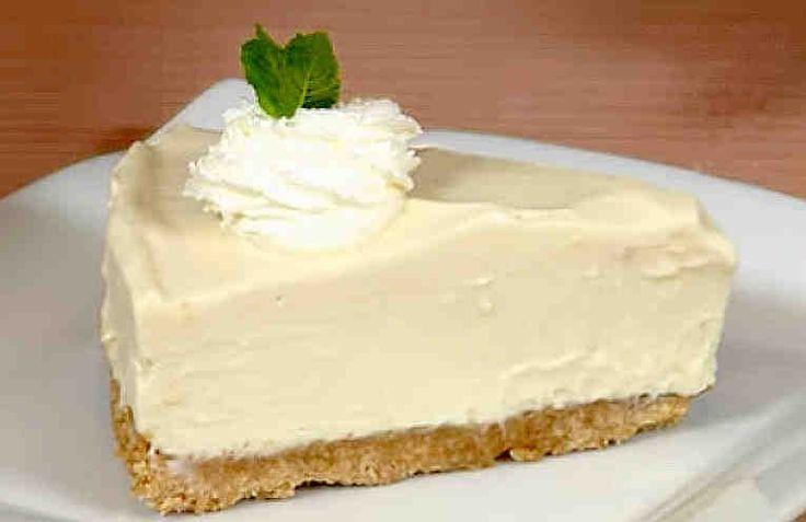 Riquisima Tarta de Limón es la más fácil y rápida que podéis hacer. No hace falta calentar, hornear, y tampoco lleva huevos – esencial para estos días de calor. Una tarta refrescante muy rica para terminar una comida no solo en verano sino durante todo el año. Servirla con un poco de chantilly y la