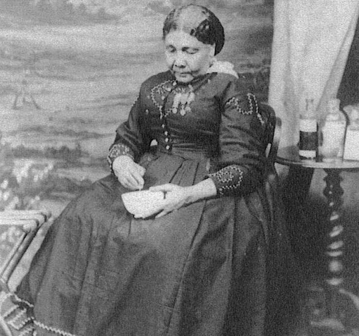 Si hablamos del Ángel de Crimea muchos sabrán que nos referimos a Florence Nightingale, aquella dama británica de clase acomodada que decidió dedicarse a la enfermería.  Revolucionó la profesión tras su paso por la Guerra de Crimea atendiendo a los heridos de ambos bandos con una serie de innovaci