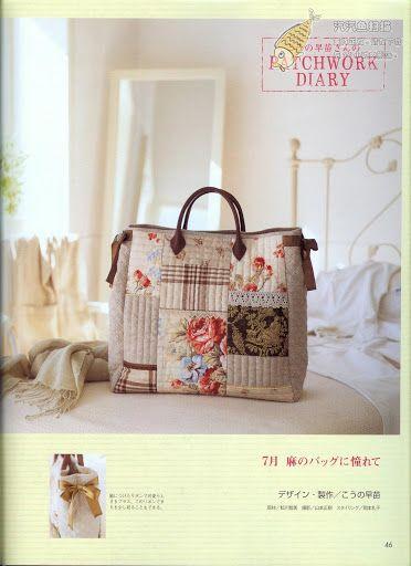 Bolso con telas de patchwork con asas y cierre, en tonos café, beige, blanco.