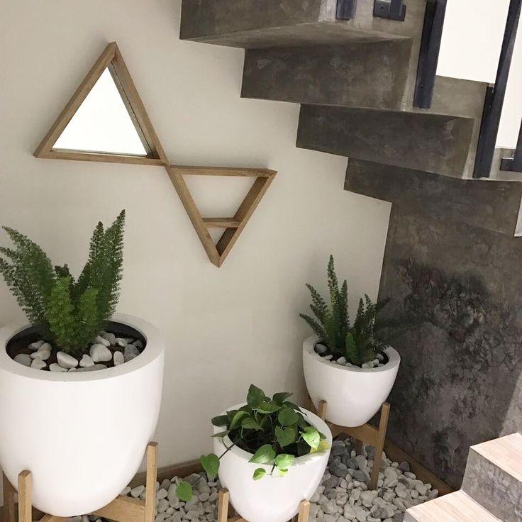 Rincón de escalera decorado con plantas de interior #danishdecor #valeriadeandadecor