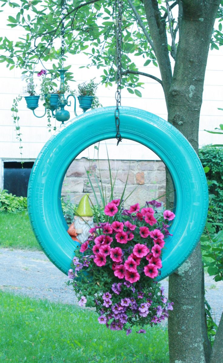 """Un viejo neumático, pintura en aerosol y un par de macetas: ¡ya tienes un original y bonito contenedor para tus plantas de flor. Esta es nuestra propuesta para hoy:reciclar la """"rueda"""" de repuesto …"""