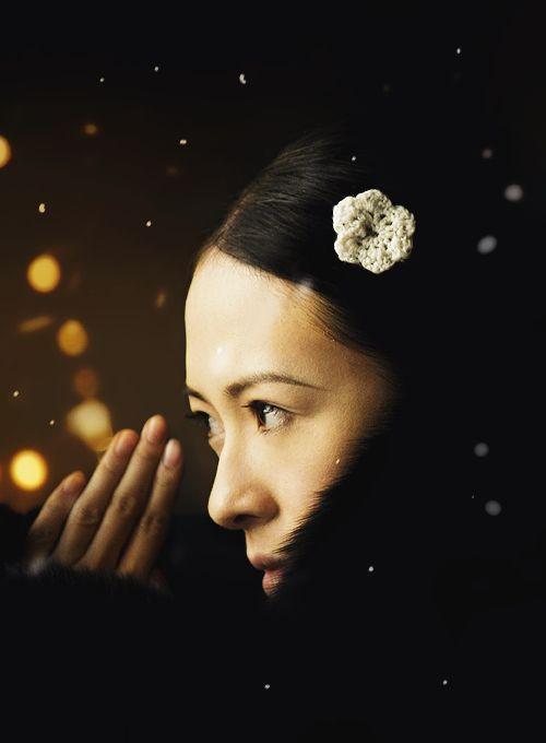The Grandmasters. Intensiiviset lähikuvat tuovat roolihahmot iholle. Shigeru Umebayashin surumielisen kaunis sellomusiikki täydentää sen, mitä silmät eivät näe.