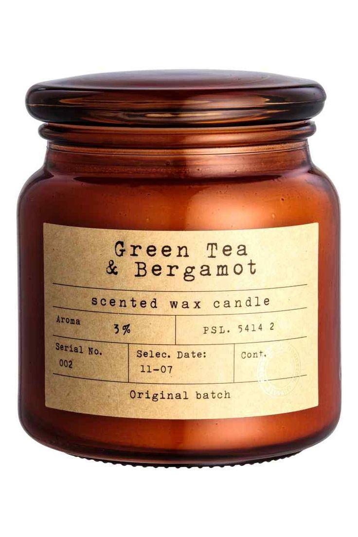 Lumânare în borcan din sticlă: Lumânare parfumată mare, în borcan din sticlă, cu etichetă şi capac. Înălţime: 11 cm. Diametru: 10 cm. Timp de ardere: 50 de ore.