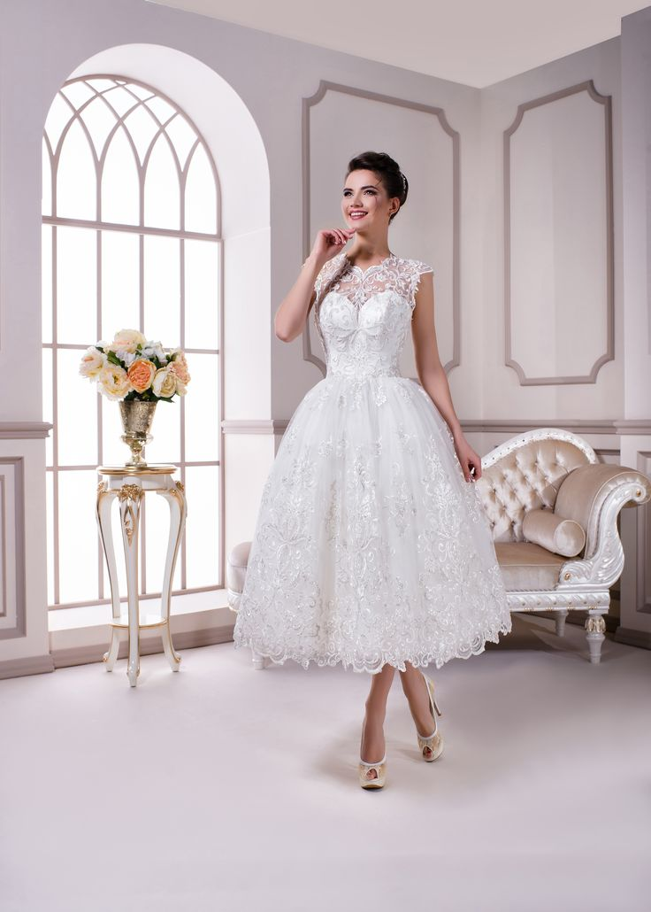 Короткое свадебное платье белого цвета. Расшито тонким кружевом шантильи. Короткий топ с вырезом сердечко красиво подчеркнет грудь.  Приобрести данное платье можно на нашем сайте: www.fairytaleforyou.com