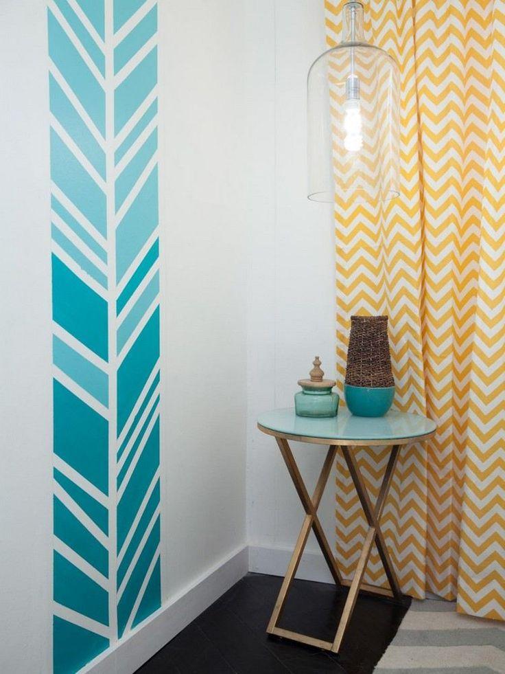 peinture murale blanche à motifs turquoise dégradé et un rideau blanc à motif chevron jaune