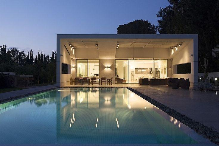Modern residence by tsionov vitkon architechts for Schwimmingpools preiswert