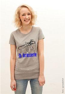 """Freak Y: From Stage to Shirt  BühnenbilderWenn die Düsseldorfer Künstlerin Lydia Drontmann Konzerte besucht, hat sie Stift und Block dabei, um die Musiker zu zeichnen. Aus diesen Skizzen entstehen Motive, die sie auf T-Shirts, Hoodies oder Accessoires drucken lässt. """"From Stage to Shirt"""" nennt sich das Projekt, das unter dem Label Freak Y """"Kunst auf Klamotten"""" bringt, ohne das Genre des klassischen Band-T-Shirts zu bedienen."""
