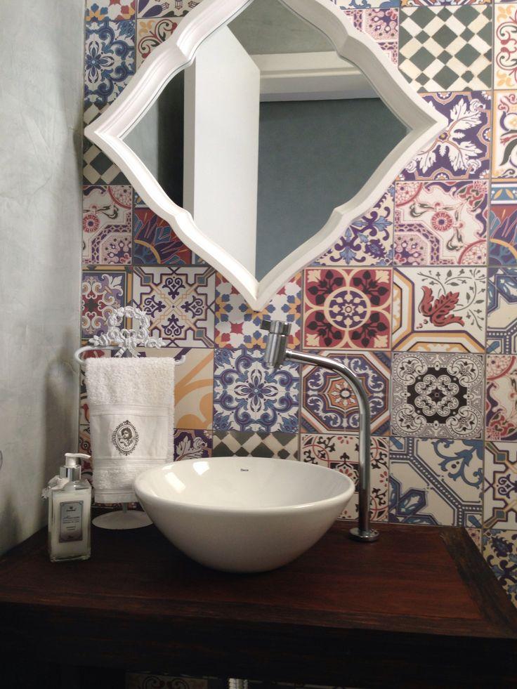 Lavabo com ladrilho hidráulico em algumas paredes e outras de cimento queimad -> Banheiro Decorado Ladrilho Hidraulico