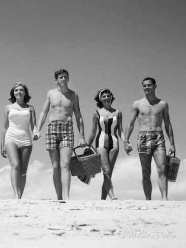 1960s Teenage Couples Wearing Bathing Suits on Beach Carrying Picnic Baskets Fotografie-Druck bei AllPosters.de