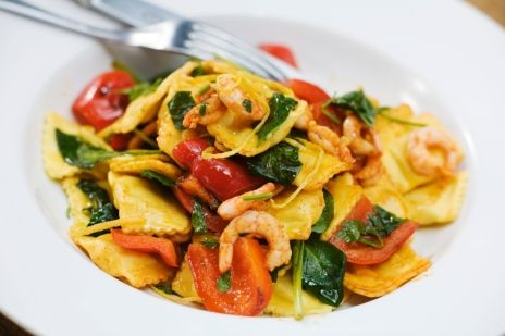 Färsk ravioli med räkor, paprika, persilja och vitlök | Recept från Köket.se